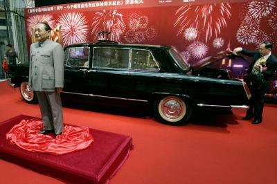 香港返還10周年のショッピングモールの展示で、鄧小平氏の蠟人形と一緒にディスプレーされた旧型の紅旗