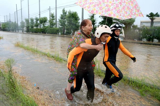 栃木県と茨城県を流れる鬼怒川が氾濫(はんらん)し、避難する住民=2015年9月10日、茨城県常総市、長島一浩撮影