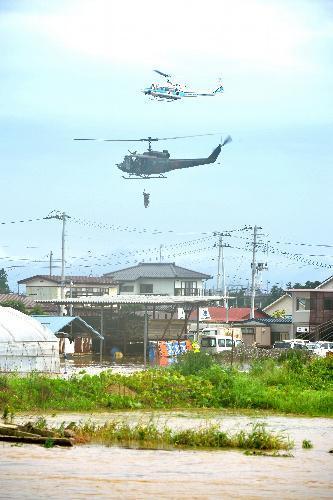浸水した民家から住民を救助する自衛隊のヘリコプター=2015年9月11日、宮城県大崎市、福留庸友撮影