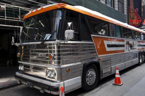 エルビス・プレスリーのサポートバンドが使用したツアーバスが、ニューヨーク市内で止まっていた。バスはオークションに出品された=2015年