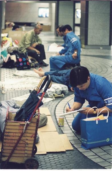 1995年の国勢調査。 地下街のホームレスから聞き取り調査をする東京都職員