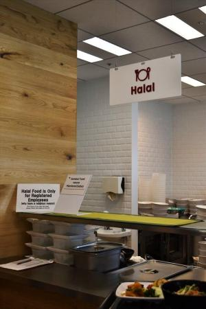 楽天の新オフィスにある社食。ハラール食のコーナーも備えられている