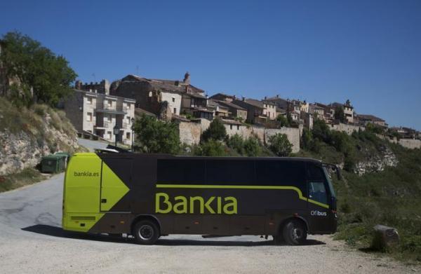 スペイン中部の村を訪れた「銀行バス」。バス内部は小さな銀行支店さながらで、村人の評判は上々=2013年