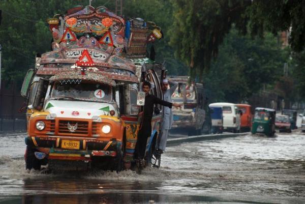 パキスタン・ペシャワールで走るバス=2015年