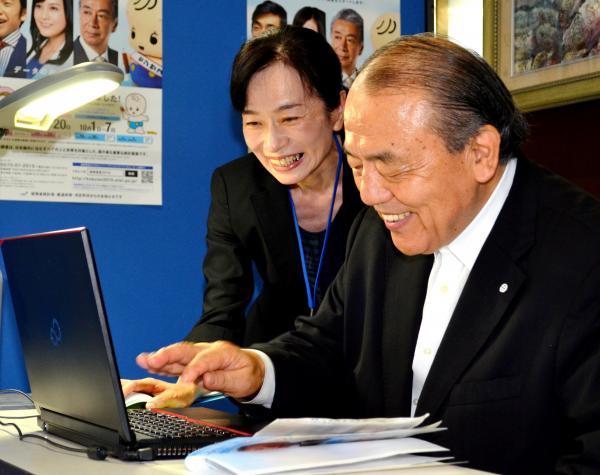 2015年の国勢調査。パソコンで回答する山口県萩市の野村興児市長=2015年9月10日、萩市役所