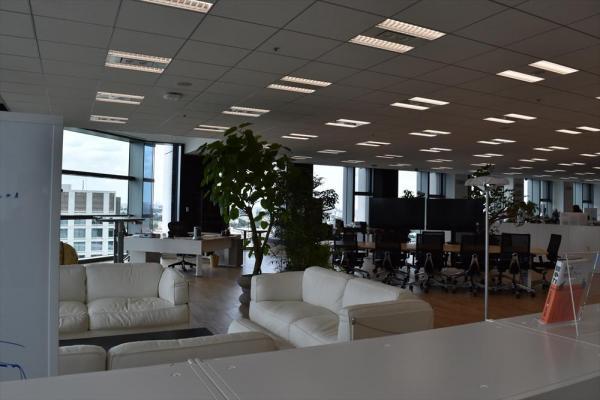 三木谷氏の社長室にある白いソファ。壁がなく、低い棚で仕切られているため、丸見えだ