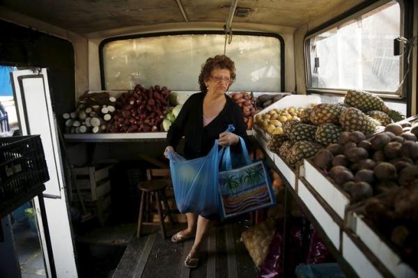 ブラジルのリオデジャネイロ近郊を走る「八百屋バス」。さまざまな野菜や果物を購入できる=2015年