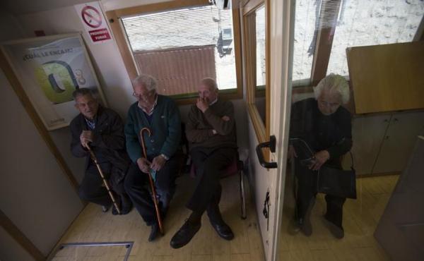 銀行バスの中で自分の順番を待つ村人たち=2013年
