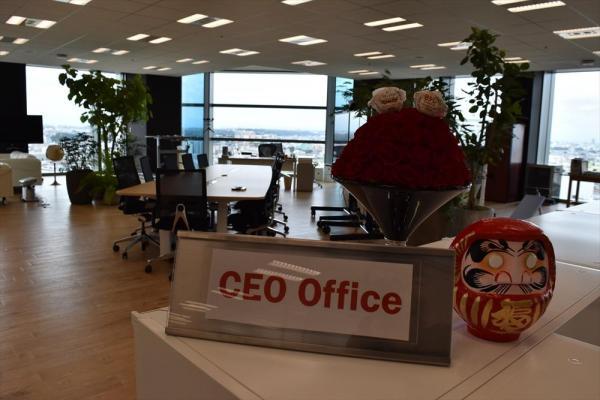 「CEOオフィス」の案内板の隣には赤いダルマ