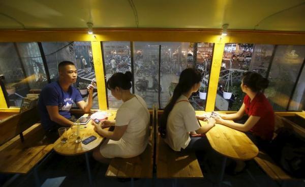 ベトナム・ハノイの駐車場にオープンした「バス・カフェ」。ヒュンダイ社製のバスを改装したもので、30人の客を収容できる=2015年