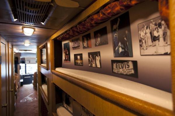 エルビス・プレスリーのサポートバンドが使用したツアーバスの内部=2015年