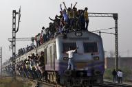 超満員で走るインドの列車=ロイター