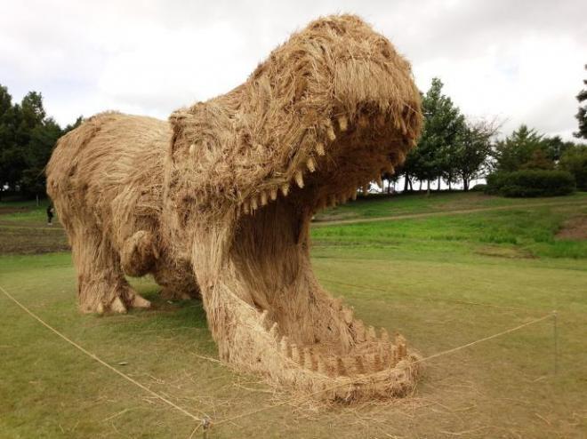 わらで作られたティラノサウルス