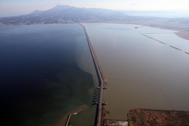 諫早湾の潮受け堤防=2013年12月、長崎県諫早市、朝日新聞社ヘリから