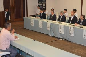 国(右)は開門派、開門反対派から意見を聞いているが、議論は平行線のまま=2014年6月、熊本市