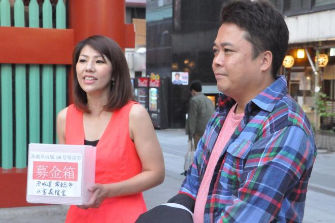 コンビを組む夫の松丘慎吾さんと義援金を呼びかける赤プルさん(左)=長谷川健撮影