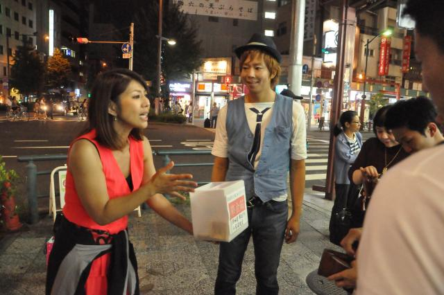 被災地への義援金を募る赤プルさんと楽しんごさん=長谷川健撮影