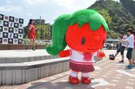 ネオパーサ静岡に登場した、「嫌われ野菜」に出てくる野菜アイドル「トマト」(手前)と声優前田玲奈さん(左奥)