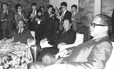 のちのPKO法案の土台となる国際貢献策作りを巡って、社会党抜きで開かれた自公民幹事長・書記長会談。左から市川雄一(公明)、小沢一郎(自民)、米沢隆(民社)の各氏=1990年11月8日