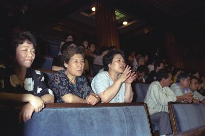 参院本会議のPKO協力法案の採決を見守る大勢の傍聴人=1992年6月9日