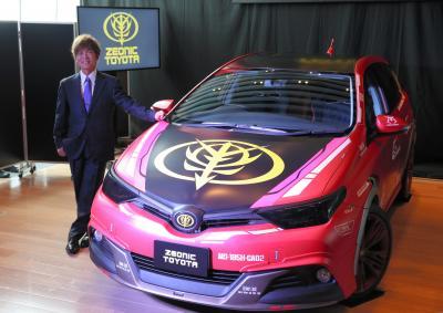 トヨタの「シャア専用オーリスⅡコンセプトカー」と記念撮影する声優の古谷徹さん=2015年7月17日