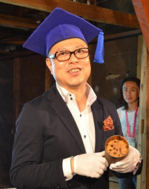 開封した赤飯缶詰を手にする「缶詰博士」の黒川勇人さん