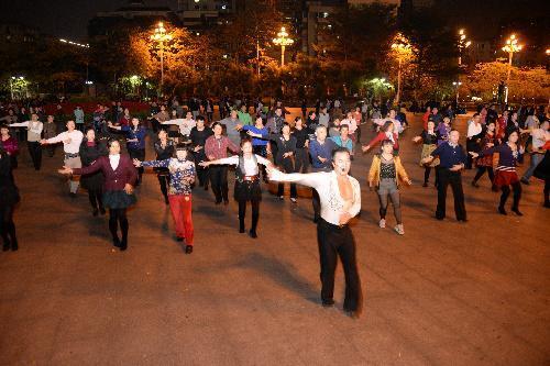 広州では、100人ほどの大きなグループも。先生(手前の男性)の動きに合わせて踊る=1月下旬、広東省・広州市、延与光貞撮影