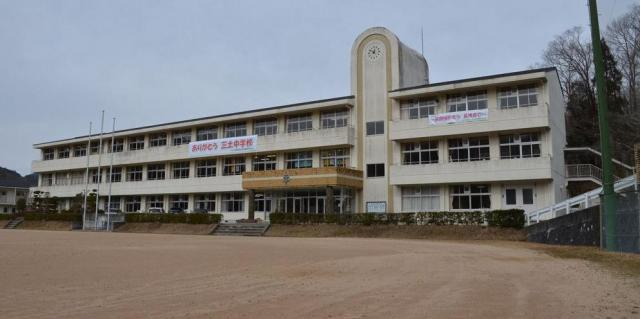 今年3月末で閉校した兵庫県の中学校=朝日新聞