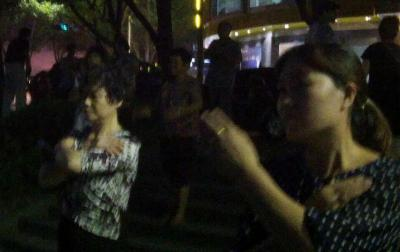 健康のため夜、街に出て広場で踊る人々=浙江省嘉善県