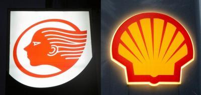 昭和シェル石油のロゴマーク(左)、出光興産のガソリンスタンドの看板