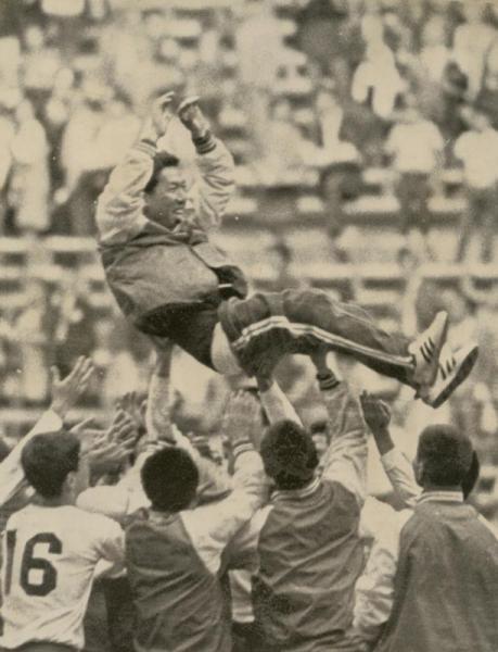 サッカー・3位決定戦 日本対メキシコ メキシコを破って3位となり、長沼健監督を胴上げする日本選手たち