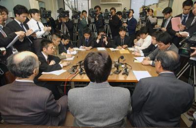 加害男性が関東医療少年院を仮退院した日、記者会見で心情を語った被害者遺族(手前中央)=2004年3月10日、神戸司法記者クラブ