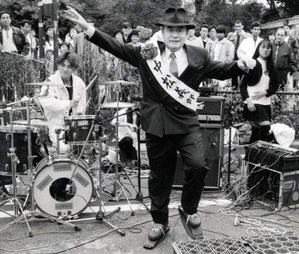 自分が発明したフライングシューズをはき、踊る都知事選候補者のドクター中松氏=1991年3月
