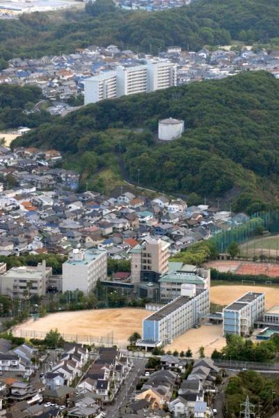 1997年に5人の児童が殺傷される事件のあった通称「タンク山」と周辺の住宅団地=2007年5月21日