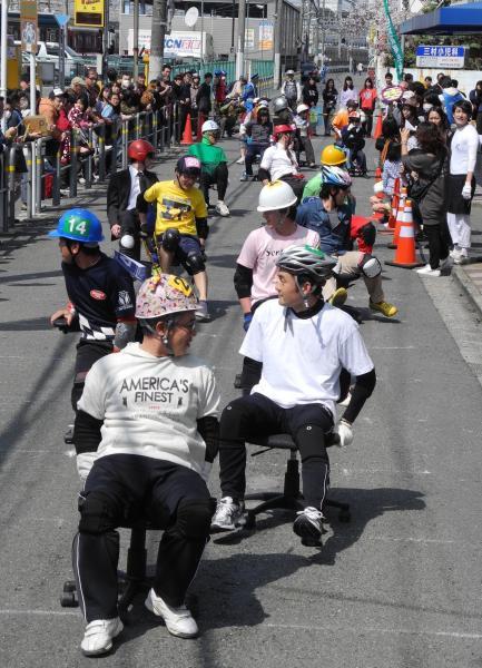 「いす―1グランプリ」で競う出場者たち=京田辺市