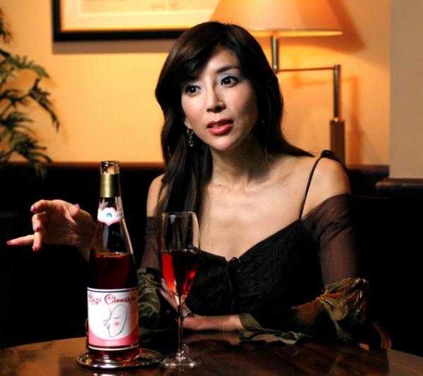 「信州ワインは世界に誇れます」と語る川島なお美さん=2007年11月26日