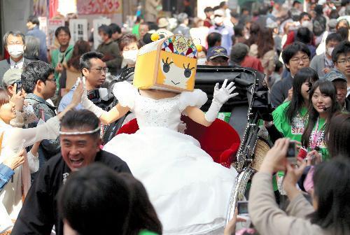 引退イベントでパレードするやなな=2013年3月31日、岐阜市の柳ケ瀬商店街