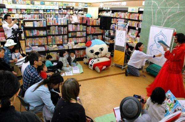 水彩画を描く伊藤尚美さん(右奥)と「いが☆グリオ」