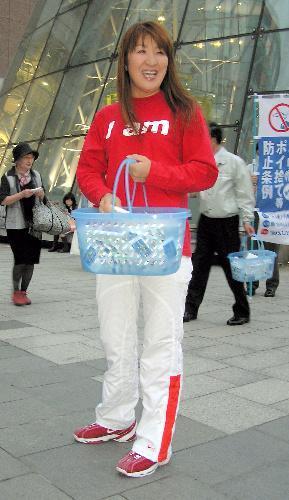 ポケットティッシュを配り、ポイ捨て禁止をPRする元女子プロレスラーの北斗晶さん=JR札幌駅南口で