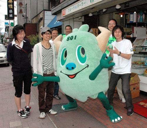 商店街の人たちとポーズを決める京都市の「やおいちゃん」