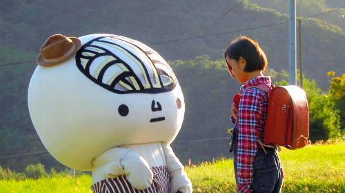 ドラマ「ツルとの旅」の一場面。「うどん脳」は小豆島で少女と心を通わせる=KSB瀬戸内海放送提供