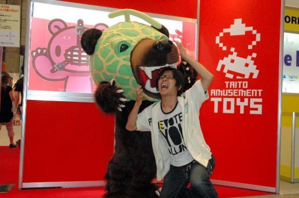 北海道夕張市の「メロン熊」の口に自ら頭を突っ込み記念を撮影をする人