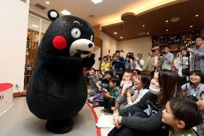 軽快な動きで子どもたちと盛り上がるくまモン=熊本市、池田良撮影