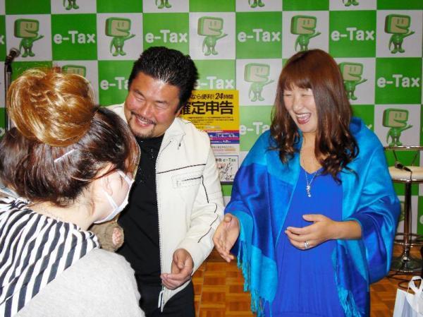 確定申告をPRする佐々木健介さん夫妻=埼玉県越谷市のイオンレイクタウンで