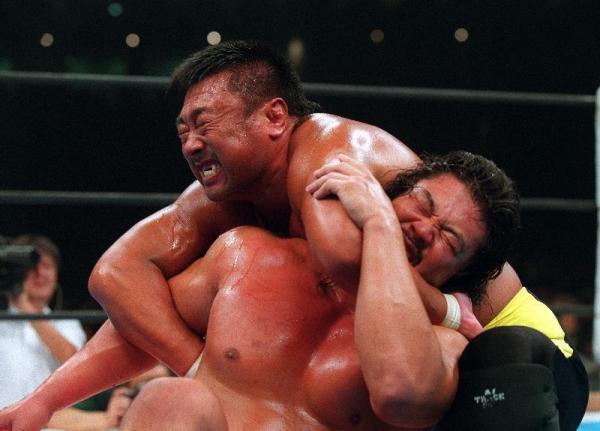 リングで戦う佐々木健介さん(下)=2000年10月9日