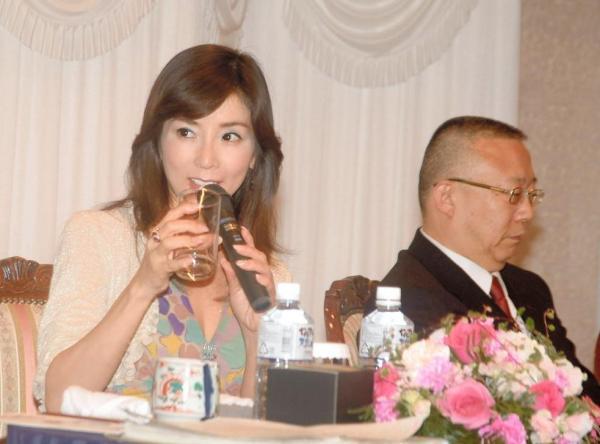 グラスを手に取りながら日本酒やワインについて語る川島なお美さん=2007年1月20日、佐賀市