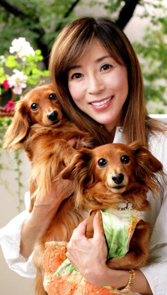 愛犬と川島なお美さん=2008年5月29日