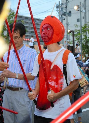 弘前ねぷたまつりの太鼓たたき体験イベントに参加する「りんご飴マン」=弘前市