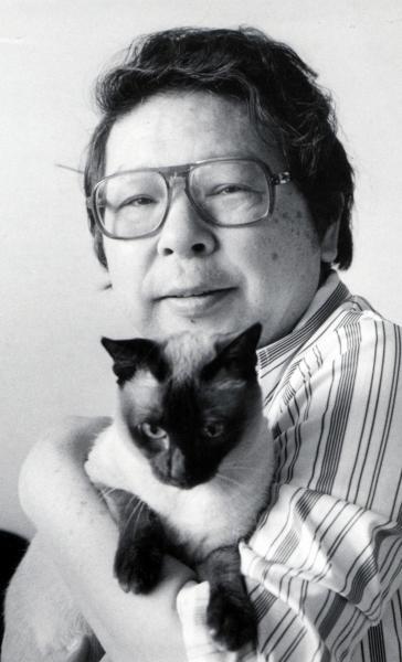 「お笑いマンガ道場」で鈴木義司さんとの軽妙な掛け合いが人気だった漫画家の富永一朗さん。愛猫と=1983年