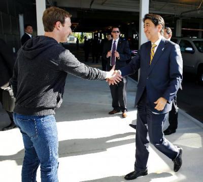 米シリコンバレーのフェイスブック本社を訪問し、ザッカーバーグCEOの出迎えを受ける安倍晋三首相=2015年4月30日、代表撮影